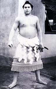 Taihô portant la tsuna et le katana (sabre japonais)